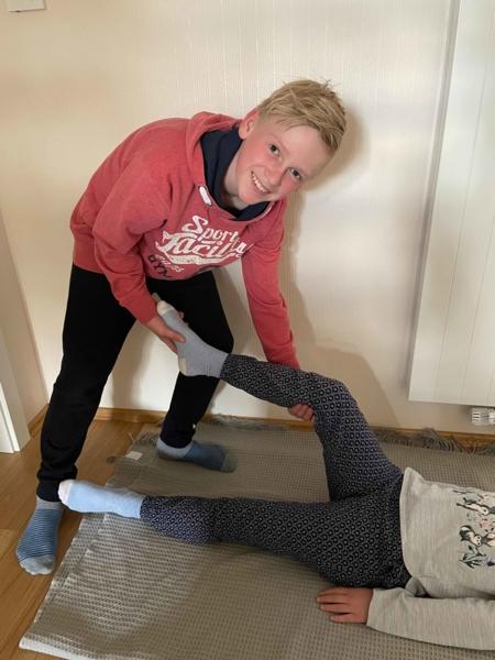Junge zeigt physiotherapeutische Übungen
