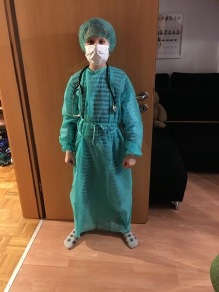 Junge mit OP-Kleidung