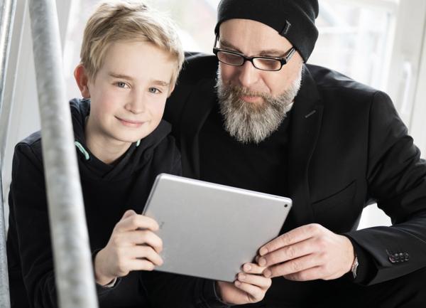 Junge und Mann mit Tablet