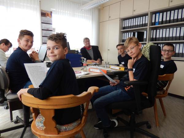 Jungen an einem Bürotisch