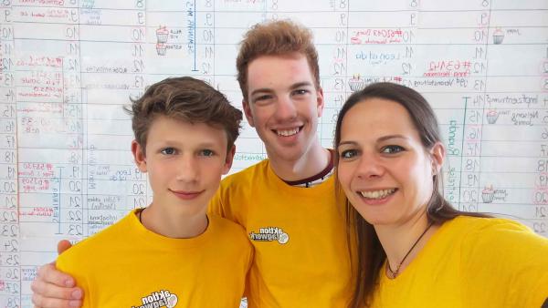 Gruppenfoto mit Mitarbeiter_innen und Boys'Day-Teilnehmer