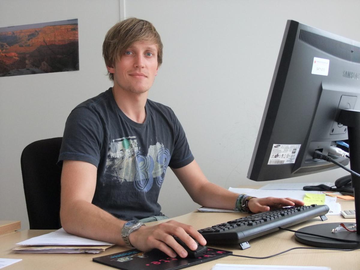 Junger Mann am Computer