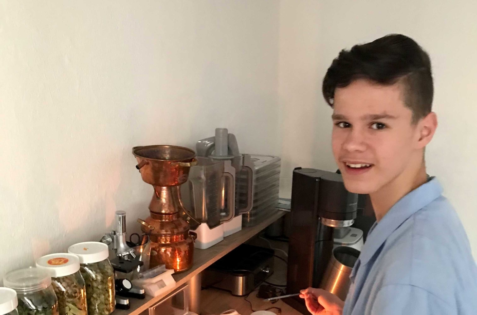 Junge beim Experimantieren