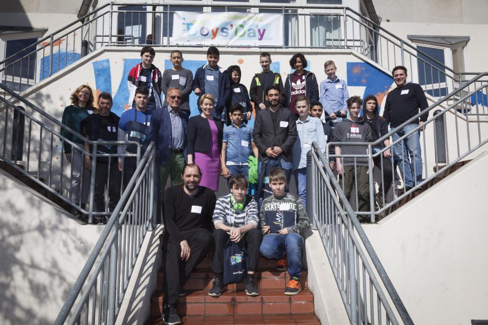 Jungen am Boys'Day mit Bundesfamilienministerin Giffey