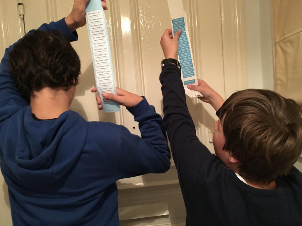 Jungen halten Namensschilder